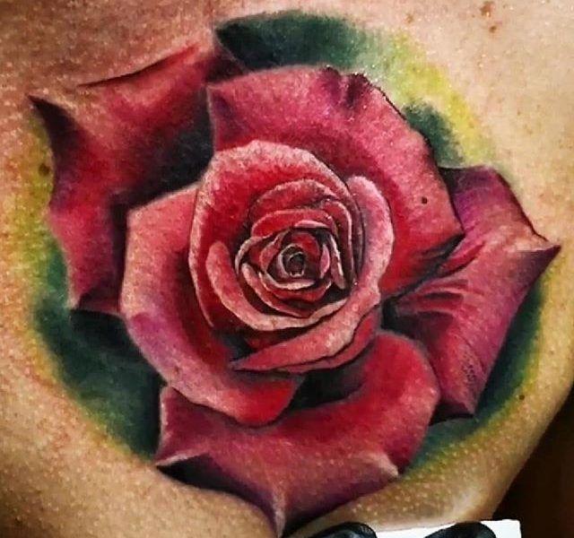 tatuaje rosa realista