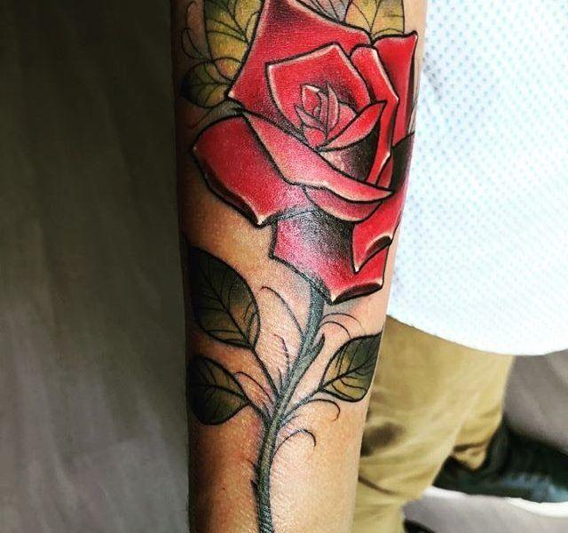 tatuaje rosa neotradicional