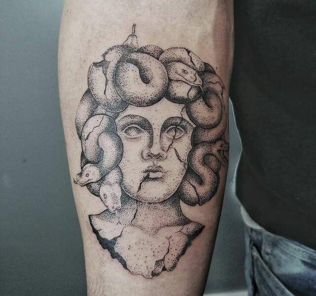medusa puntillismo tattoo